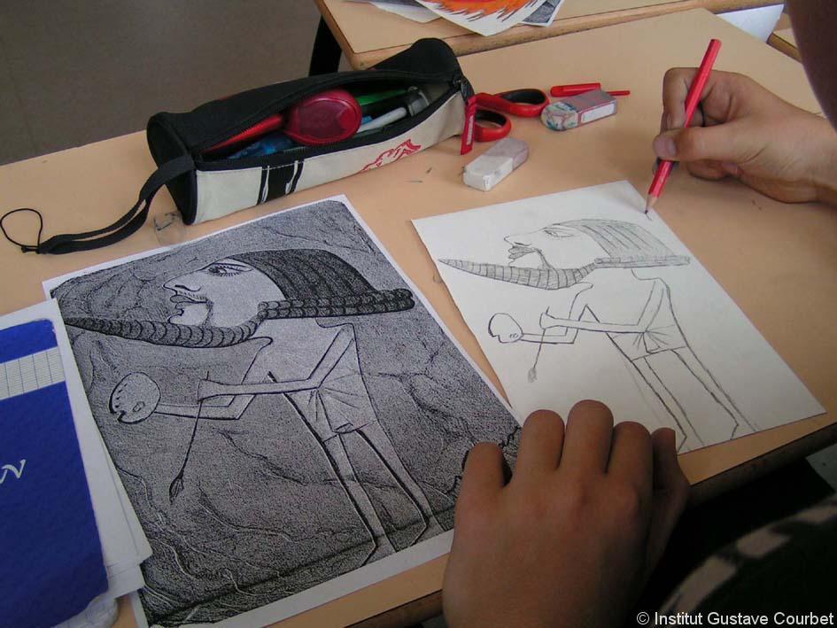 junior travaillant sur la caricature